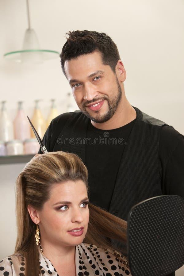 Cabeleireiro masculino considerável com cliente fotos de stock royalty free
