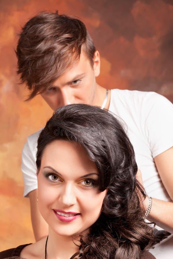 Cabeleireiro profissional com modelo longo do cabelo fotografia de stock