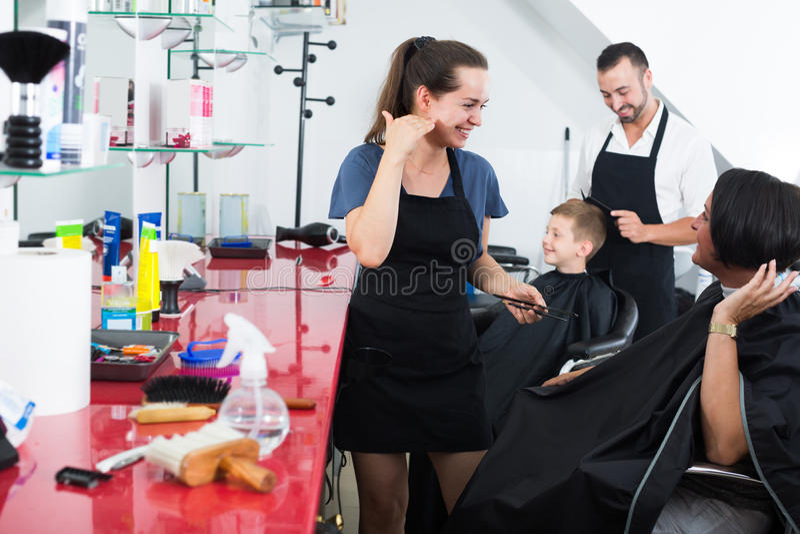 Cabeleireiro que fala com o cliente no salão de beleza fotos de stock