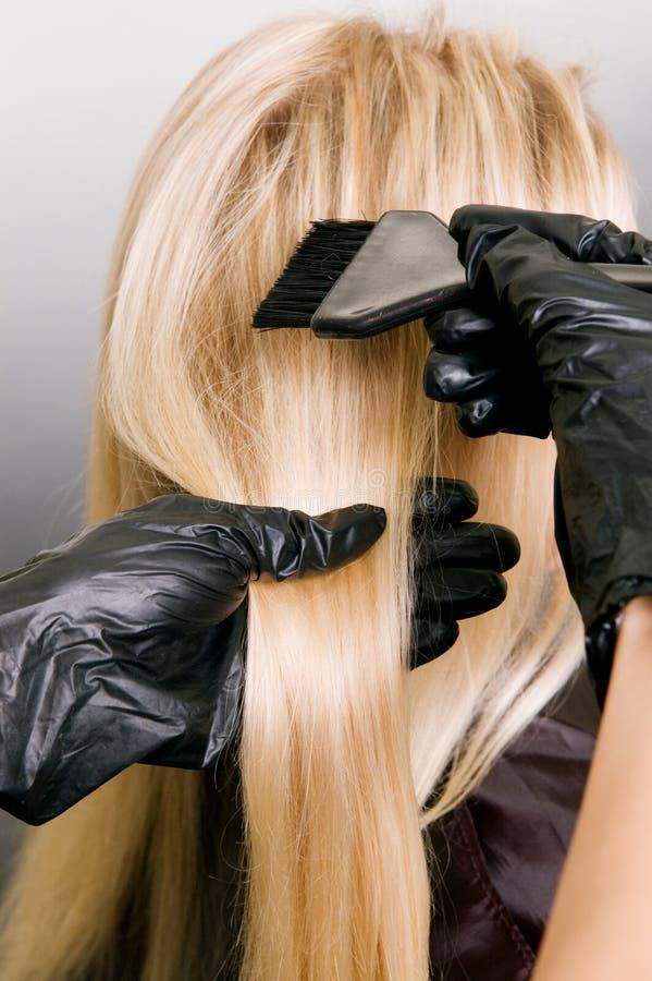 Cabeleireiro que faz a tintura de cabelo fotografia de stock