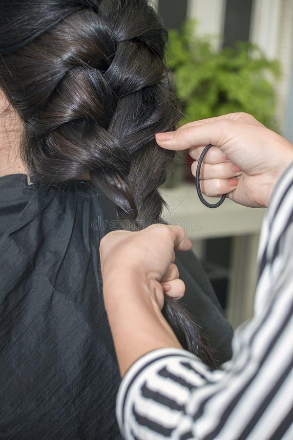 Cabeleireiro que trabalha com cabelo bonito da mulher cabeleireiro sa imagens de stock royalty free
