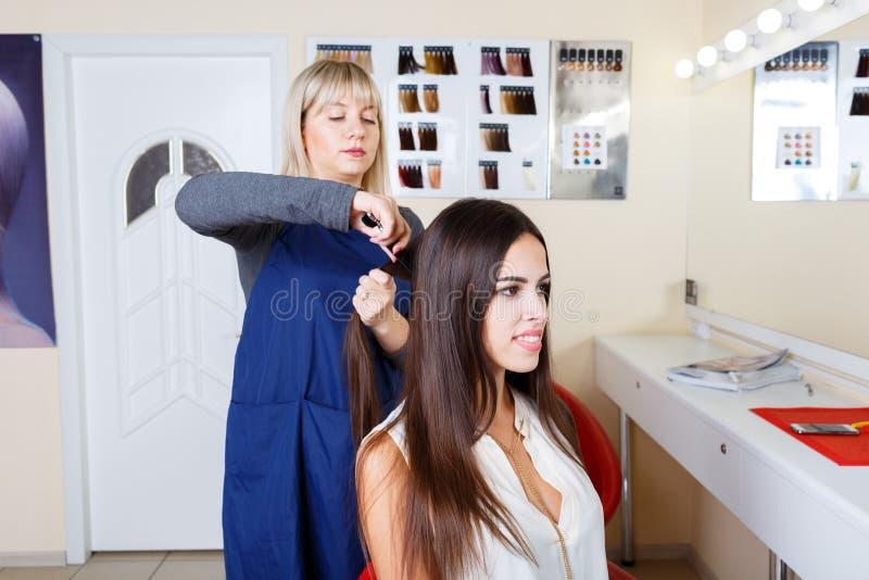 Cabeleireiro que trabalha com o cliente no fundo do barbeiro Sensual e fresco Conceito do barbeiro Copie o espaço imagens de stock