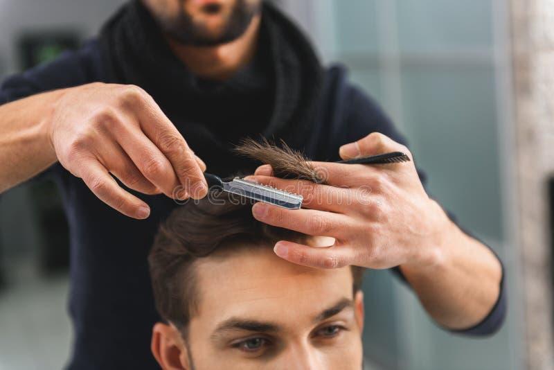 Cabello humano experto del corte del peluquero imágenes de archivo libres de regalías
