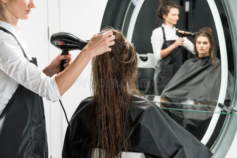 Cabello seco del peluquero de la mujer imagen de archivo