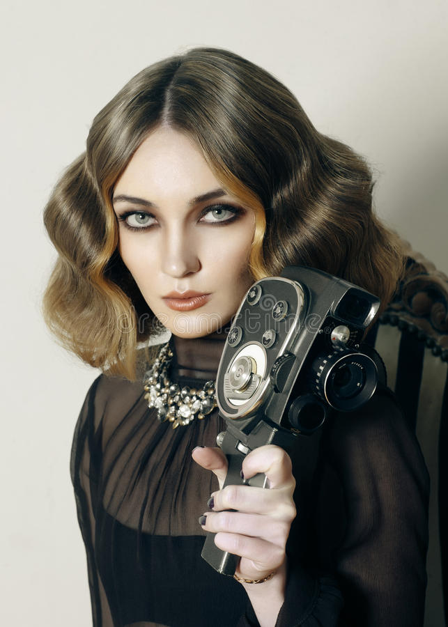 Cabelo à moda da senhora 20s de Yong com a câmera velha do filme fotografia de stock royalty free