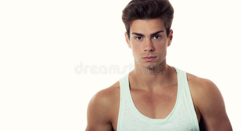 Cabelo à moda do homem modelo na camiseta, corpo bonito fotografia de stock