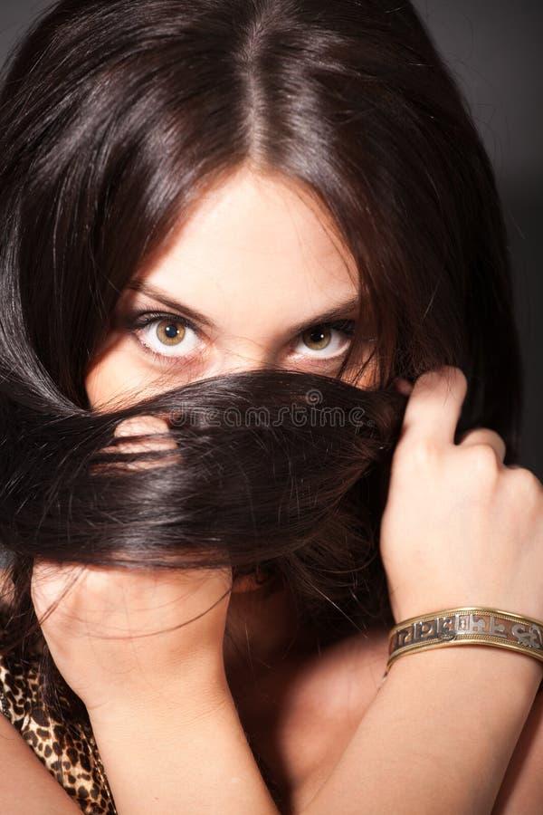 Cabelo atrativo do envoltório da menina em torno de sua cabeça fotografia de stock