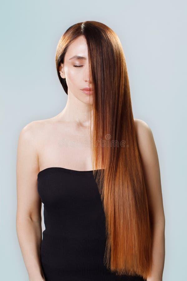 Cabelo bonito Mulher moreno da beleza com cabelo longo luxuoso e os olhos fechados sobre o fundo azul composição Modelo da menina imagem de stock