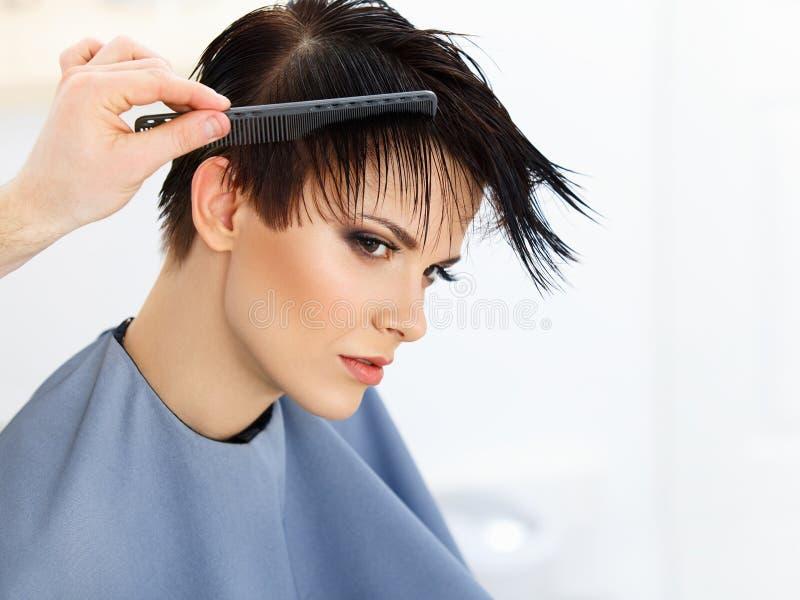 Cabelo. Cabeleireiro que faz o penteado. Beleza Woman modelo. Corte de cabelo. fotos de stock