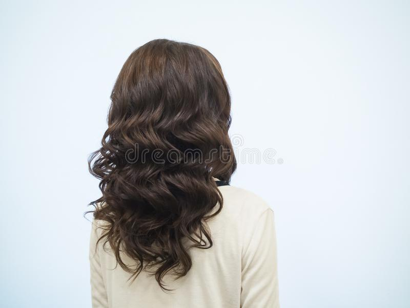 Cabelo Curly de Brown Cabelo ondulado no modelo imagem de stock