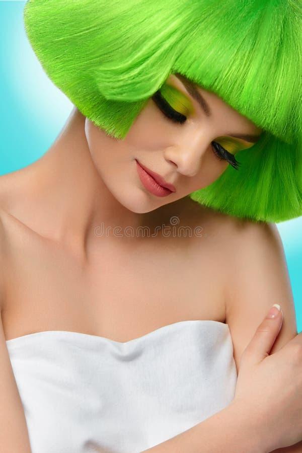 Cabelo da beleza Retrato da menina do modelo de fôrma Mulher com Gre curto fotografia de stock royalty free