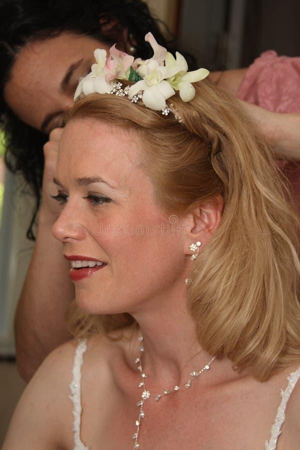 Cabelo da fixação da noiva e do amigo antes de Wedding imagem de stock royalty free