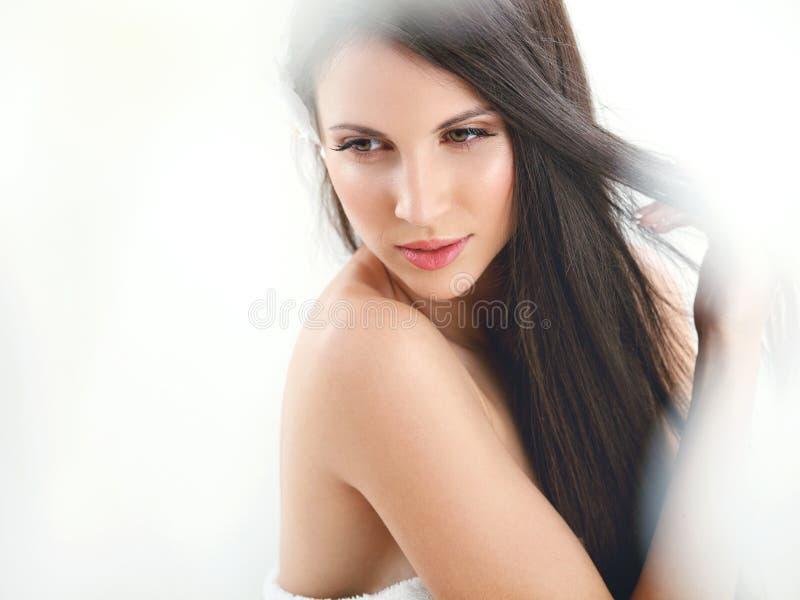 Cabelo de Brown. Morena bonita com cabelo longo. Haircare. imagem de stock royalty free
