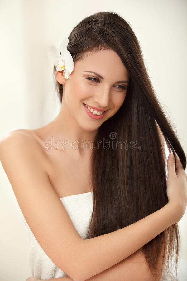 Cabelo de Brown. Morena bonita com cabelo longo. Haircare. Termas Bea fotos de stock