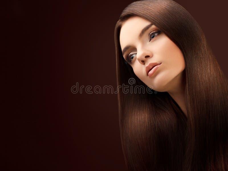 Cabelo de Brown. Retrato da mulher bonita com cabelo longo. foto de stock