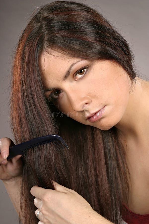 Cabelo de escovadela da mulher foto de stock