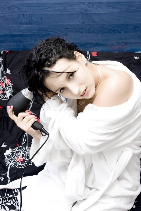 Cabelo de secagem da mulher imagem de stock