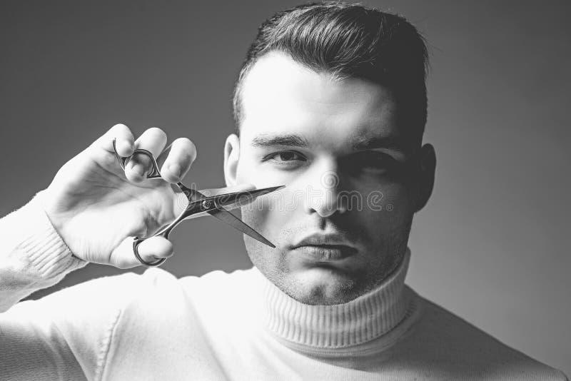 Cabelo do corte do barbeiro Conceito do servi?o do barbeiro Equipamento profissional do barbeiro Corte o cabelo Tesouras restrita imagens de stock