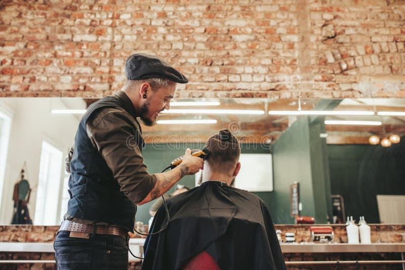 Cabelo do corte do cabeleireiro do cliente imagem de stock