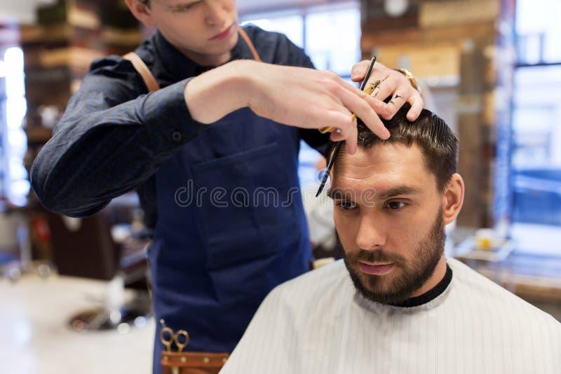Cabelo do corte do homem e do barbeiro no barbeiro fotos de stock