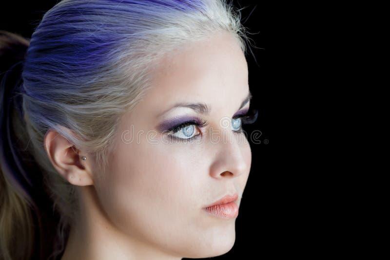Cabelo do roxo dos olhos azuis imagem de stock