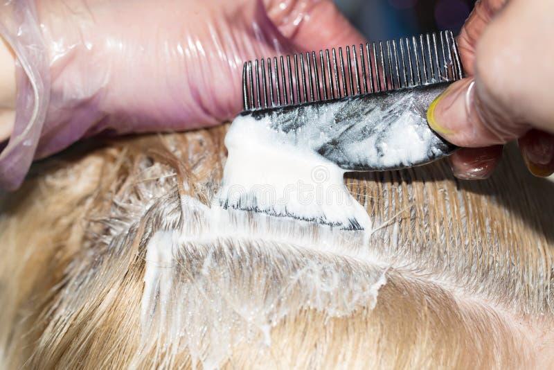 Cabelo do Weave no salão de beleza fotografia de stock