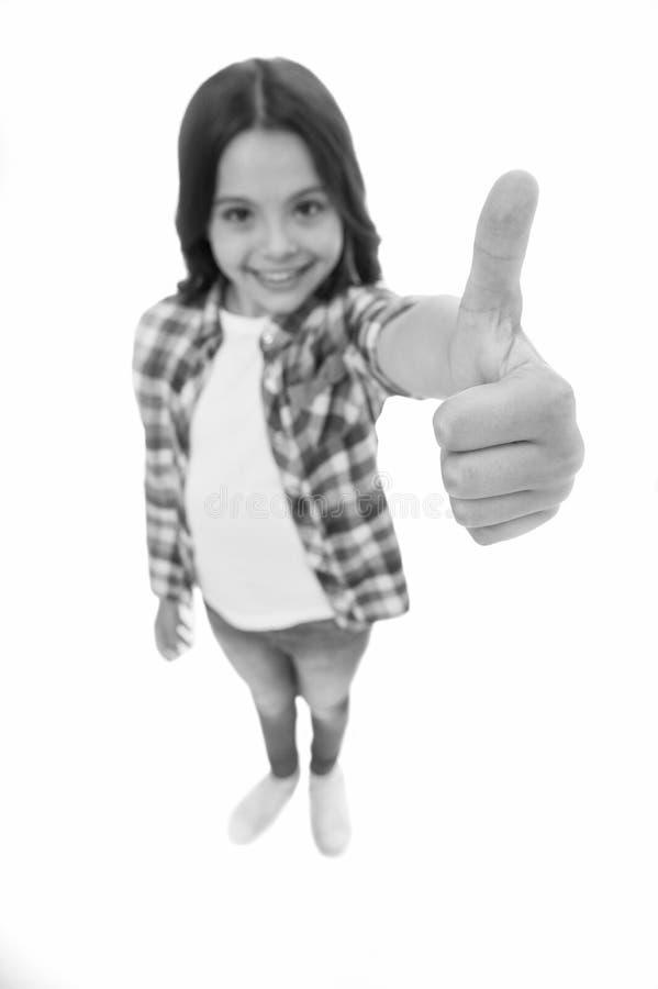 Cabelo encaracolado longo da menina da crian?a que levanta seguramente A cara de sorriso da menina sente segura Crian?a que mostr imagens de stock