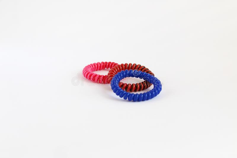 Cabelo espiral scrunchy no fundo branco fotografia de stock royalty free