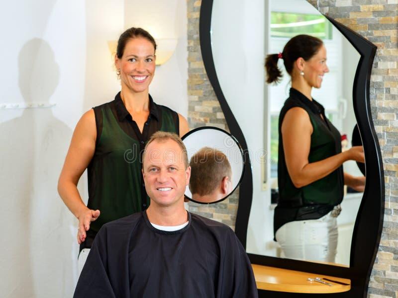 Cabelo fêmea do corte do cabeleireiro do homem foto de stock royalty free
