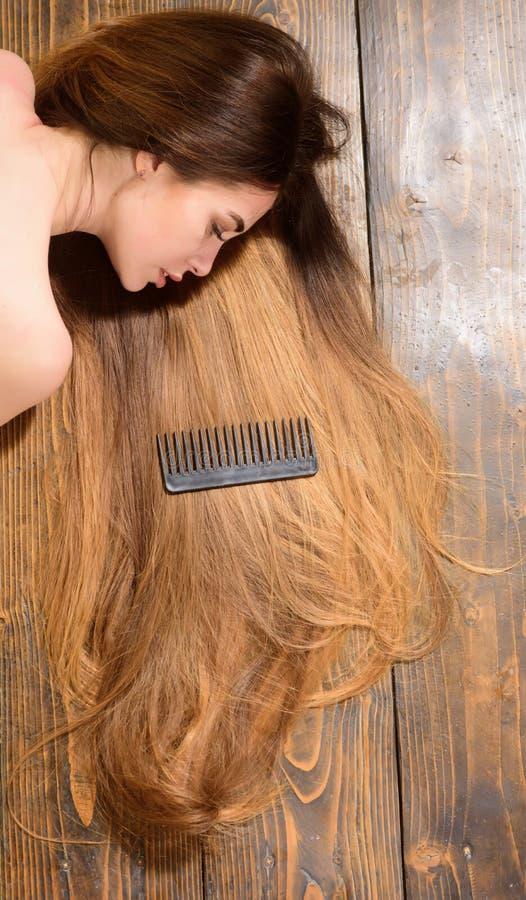 Cabelo lindo Modelo com penteado encaracolado Conceito do cabeleireiro Cuidado e produtos de cabelo Champ? e condicionador fotos de stock royalty free