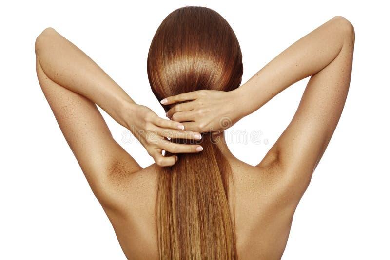 Cabelo longo brilhante saudável no conto Menina bonita que mantém seu cabelo disponivel Vista traseira no branco Penteado com cab imagens de stock