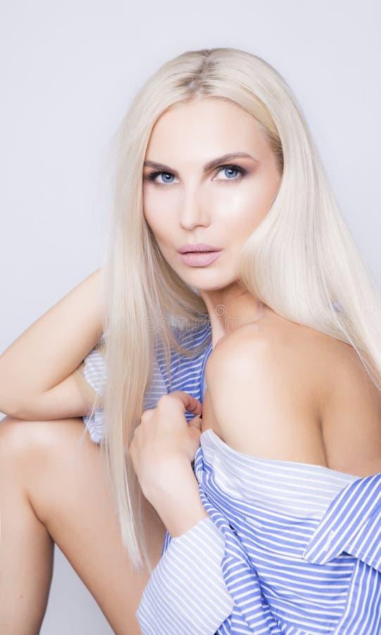 Cabelo longo colorido chique da platina Mulher adulta elegante com b 'sexy' foto de stock