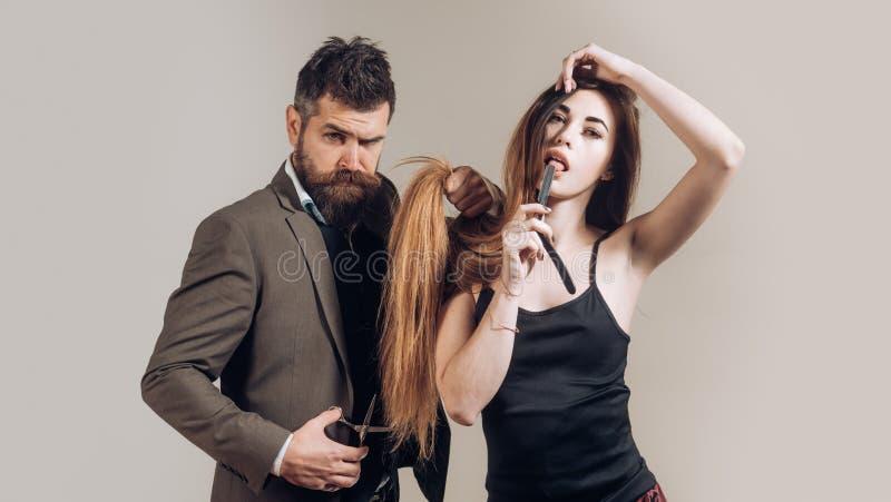 Cabelo longo Corte de cabelo da forma T?o na moda e ? moda Retrato da barba ? moda do homem Penteado e barba do cabeleireiro fotos de stock