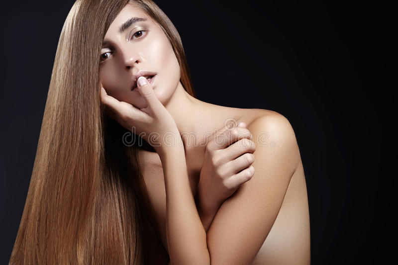 Cabelo longo da forma Menina bonita, Penteado brilhante reto saudável Modelo da mulher da beleza Penteado liso do salão de beleza imagens de stock