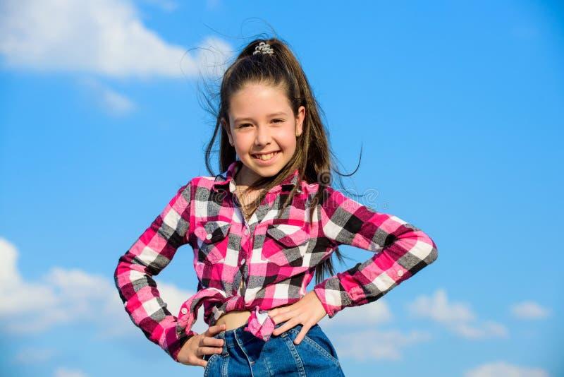 Cabelo longo do rabo de cavalo do cabelo da menina bonito da criança Modelo de fôrma Girl Criança elegante à moda Conceito da for imagens de stock royalty free