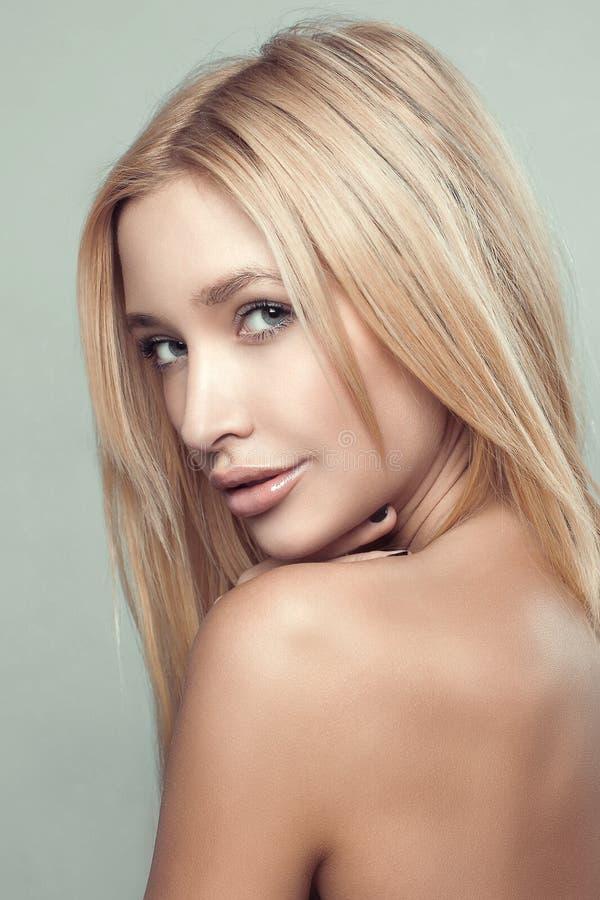 Cabelo longo saudável do retrato louro bonito da forma da menina fotografia de stock