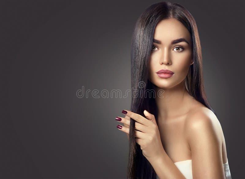 Cabelo longo tocante da menina modelo moreno da beleza foto de stock