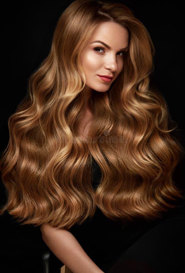 Cabelo louro longo Mulher com penteado ondulado, cara da beleza fotografia de stock royalty free