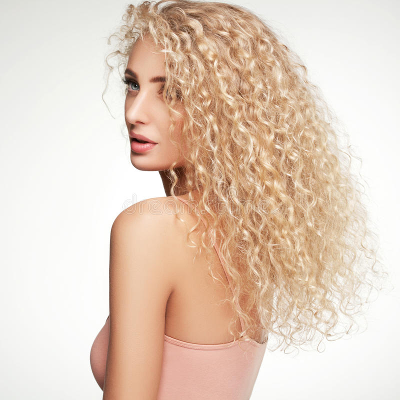 Cabelo louro. Mulher bonita com cabelo longo encaracolado. De alta qualidade imagens de stock royalty free