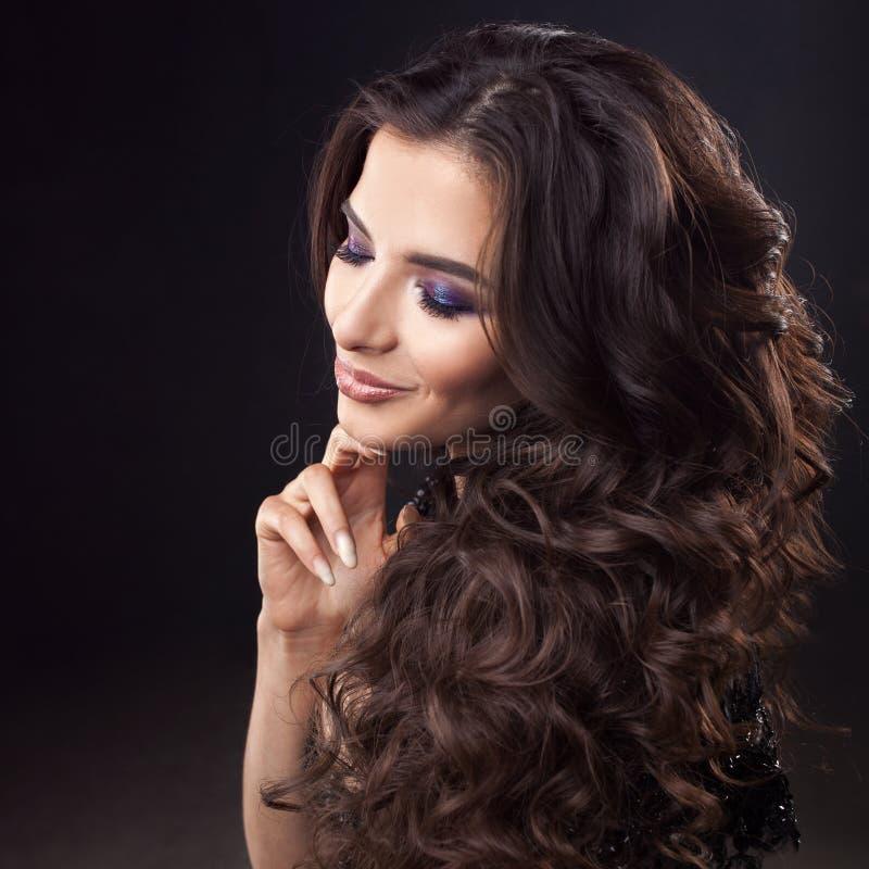 Cabelo luxuoso Retrato de uma mulher atrativa nova com cabelo encaracolado lindo Brunette atrativo imagens de stock royalty free