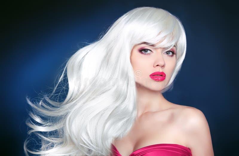 cabelo Menina loura bonita com cabelo ondulado longo Por da mulher da beleza foto de stock