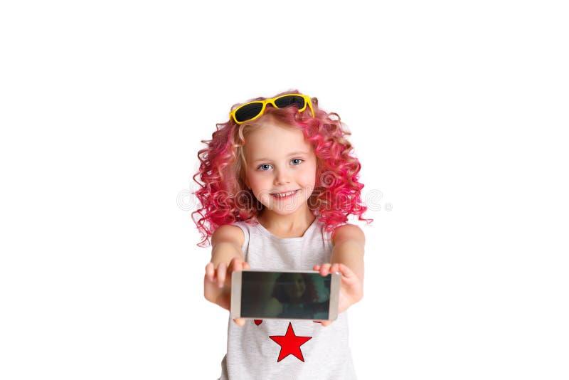 Cabelo ondulado colorido Ombre A menina moderna pequena do moderno na forma veste-se, Selfie estúdio No branco fotografia de stock