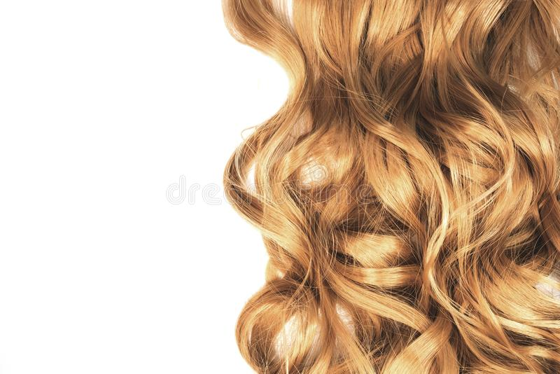 Cabelo ondulado louro longo no fundo branco fotos de stock