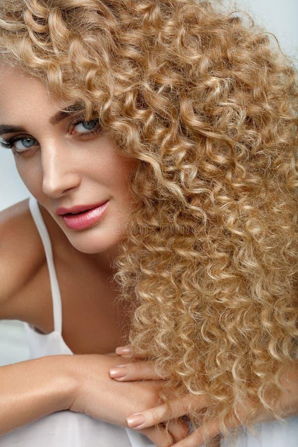 Cabelo perfeito Cabelo encaracolado de With Long Blonde do modelo bonito da mulher fotografia de stock royalty free