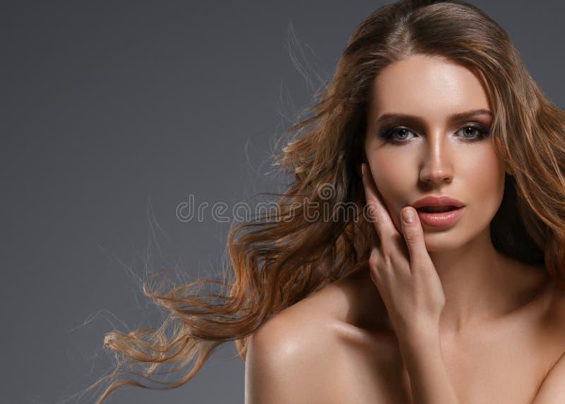 Cabelo preto longo da mulher da beleza Menina bonita do modelo dos termas com pele limpa fresca perfeita Mulher moreno que sorri  fotografia de stock