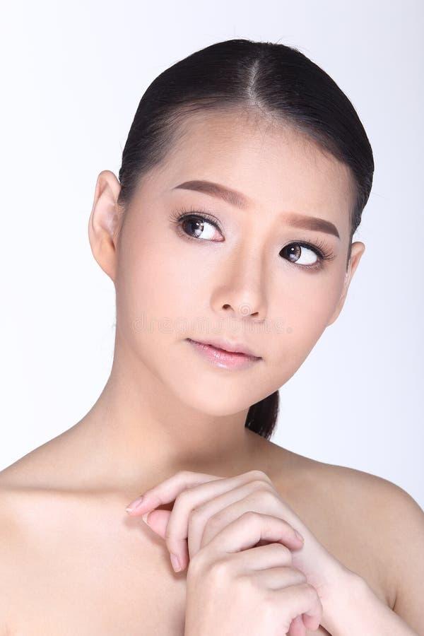 Cabelo preto reto da mulher saudável bonita dos cuidados com a pele dos termas imagem de stock royalty free