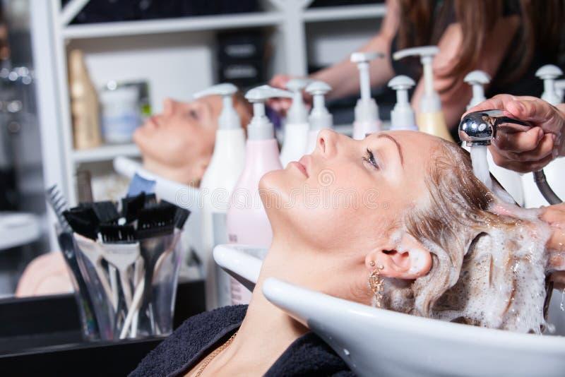 Cabelo que lava em um salão de beleza do hairdressing imagem de stock royalty free