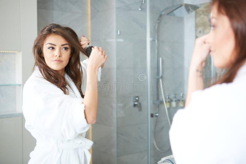 Cabelo secando da jovem mulher fotografia de stock