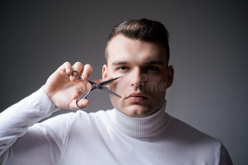 Cabelo seguro macho do corte do barbeiro Conceito do servi?o do barbeiro Equipamento profissional do barbeiro Corte o cabelo Cara imagem de stock royalty free