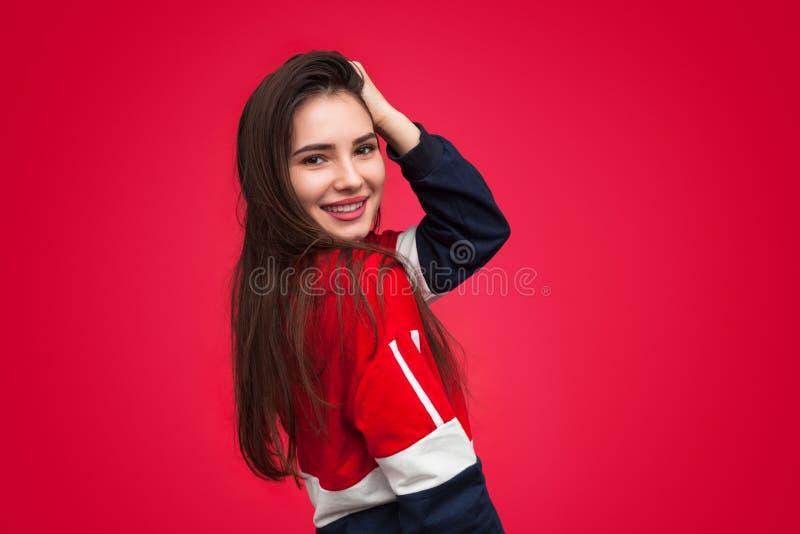 Cabelo tocante de sorriso à moda da mulher fotografia de stock